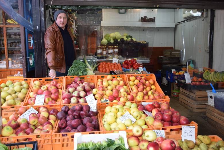 - Rosną ceny jabłek i ziemniaków. Wysoka jest również cena cukini i cytrusów - mówi Antoni Cyran, właściciel stoiska na placu Balcerowicza w Rzeszowie.