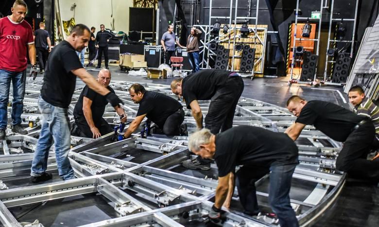 W poniedziałkowy wieczór (8 października) w Operze Nova rozpoczęto montaż długo wyczekiwanej nowej sceny obrotowej. Scena o wymiarach 12x17 m została