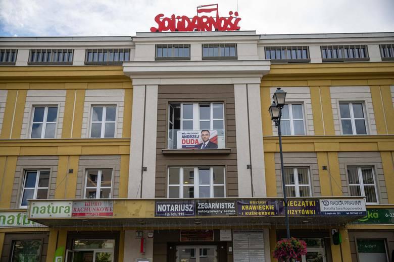 Plakat Andrzeja Dudy na budynku podlaskiej Solidarności