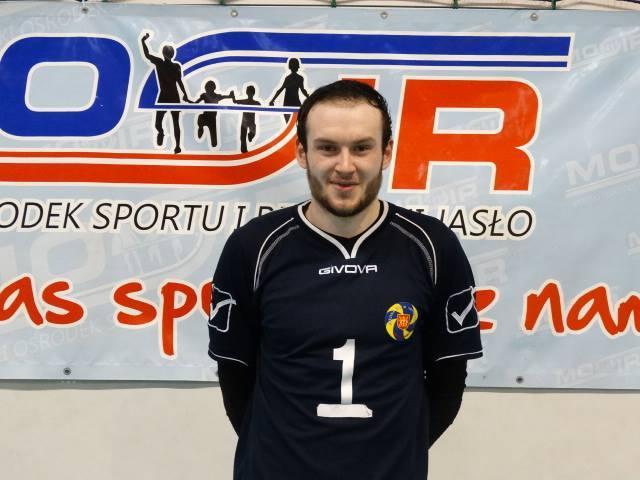 Jakub występuje w II-ligowym klubie MKS MOSiR Jasło. Jest jednym z najlepszych zawodników. Lekarze stwierdzili, że jedynym sposobem na pozbycie się nowotworu