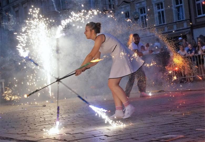 Oj, działo się w sobotę, 4 sierpnia na Rynku w Inowrocławiu. Odbył się tam pierwszy Fireshow Festiwal. Spektakle ogniowe zaprezentowały tam teatry: Jednej