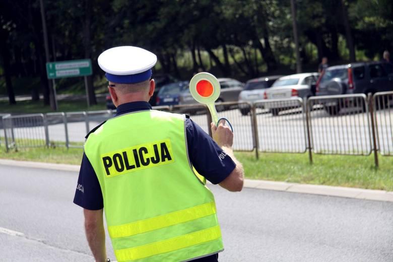 Lista błędów popełnianych przez kierowców na drogach jest długa. Kończy się to często wypisaniem mandatu i naliczeniem punktów karnych. Zobacz taryfikator