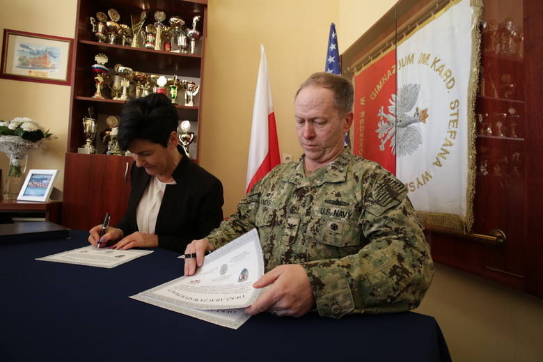 Żołnierze US Army i dyrekcja Zespołu Szkół w Redzikowie podpisała dzisiaj (czwartek, 10 listopada) umowę o współpracy. Przedstawiciele armii Stanów Zjednoczonych mają wspierać działania szkoły m.in. angażując się w lekcje języka angielskiego, chcą  jednoczyć i zacieśniać relację z mieszkańcami...
