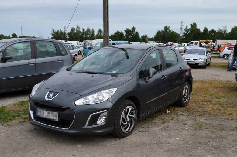 Choć na parkingu dla klientów giełdy samochodowej trudno było znaleźć w niedzielę wolne miejsce, na samym placu targowym było niewiele aut. Peugeot 308,