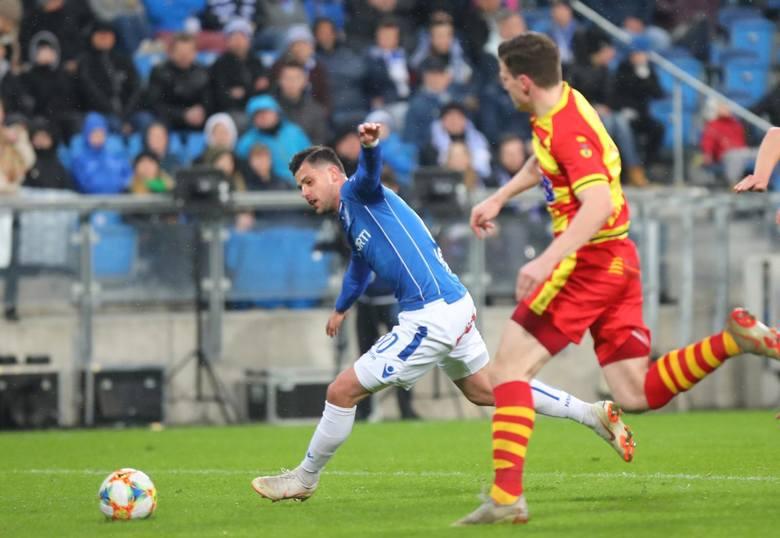 WARIANT POŚREDNIDrużyna z Bułgarskiej wygrywa trzy z siedmiu spotkań i z pozostałych czterech przegrywa tylko jedno. W ten sposób zdobywa 12 punktów