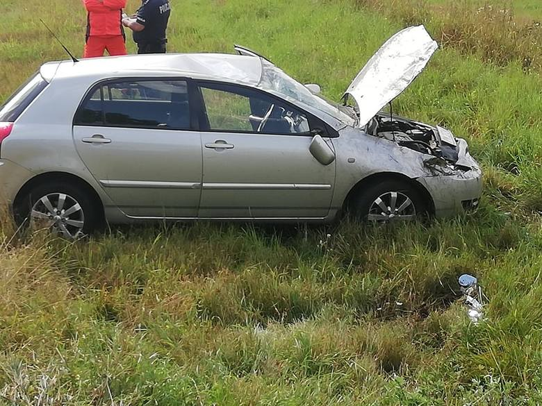 W czwartek na drodze 163 w kierunku Czaplinka doszło do zdarzenia drogowego. Na ostrym zakręcie kierujący samochodem osobowym stracił panowanie nad pojazdem