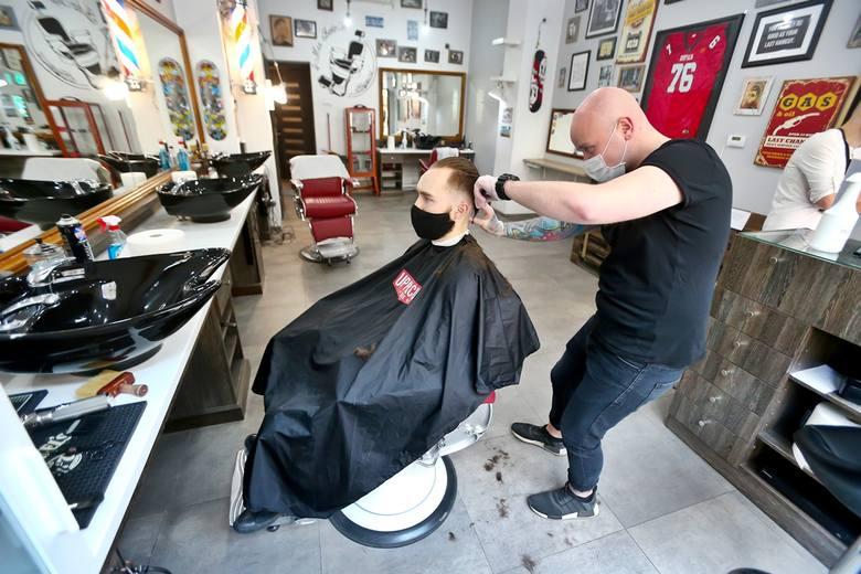 Wrocławianie już w restauracjach i u fryzjera. Kolejki do czerwca