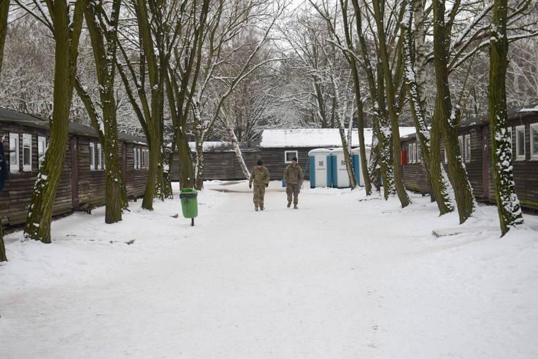 W środę, 18 stycznia, amerykańscy i polscy wojskowi oprowadzali dziennikarzy po całych koszarach Żagań-Karliki. W sumie stoi tam kilkadziesiąt baraków, w których mieszka ponad stu żołnierzy US Army. Te baraki to stare wagony kolejowe, w połowie lat 60 obite drewnem i przerobione na mieszkania.