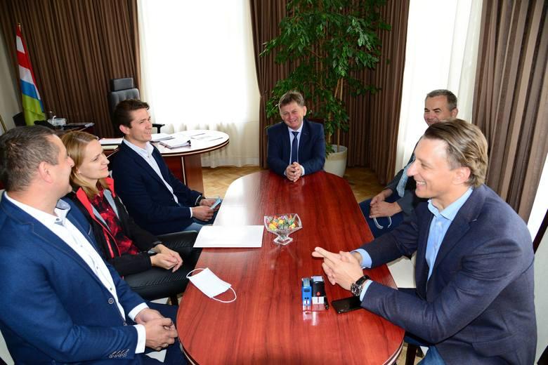 Z prawej Maciej Łukaszek - pełnomocnik firmy Strabag, na wprost burmistrz Niska Waldemar Ślusarczyk