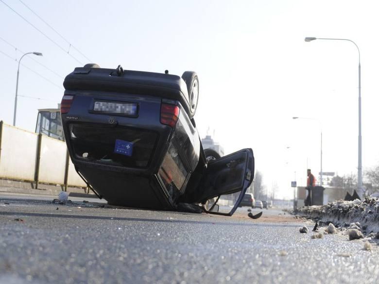 Groźny wypadek na Jagiellońskiej w Bydgoszczy. Auto wjechało w przystanek i dachowało