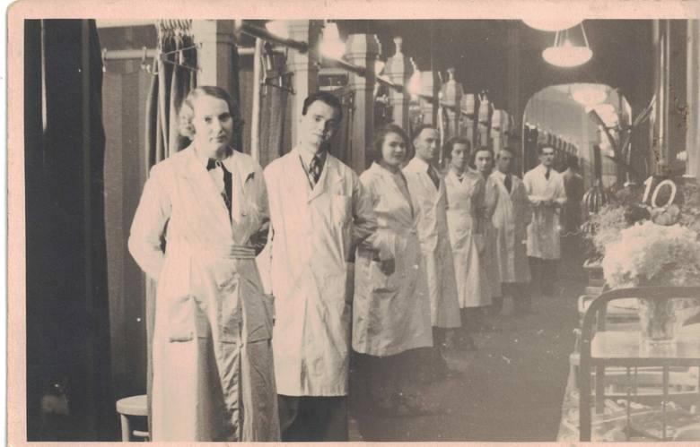 Ta sama okazja, 10-lecie pracy w zakładzie fryzjerskim Sikorsky'ego. Pierwsza stoi Charlotta Winiatowska. Za nią Alfred Tasarek, szósta- Alfreda Myśliwiec, później Tasarek