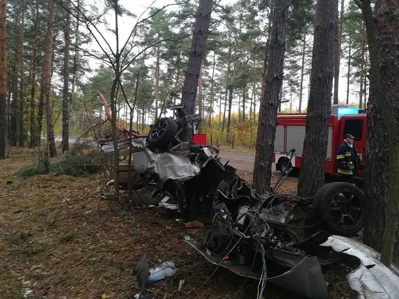 Żarska policja wyjaśnia okoliczności tragicznego wypadku, w którym zginął 20-latek kierujący hondą. Samochód roztrzaskał się o drzewa i rozpadł na kawałki.