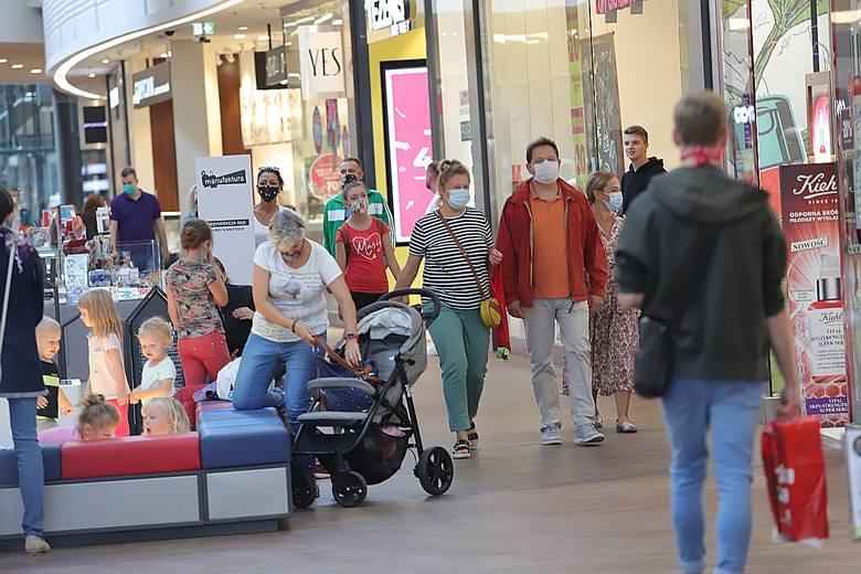 Tłumy w sklepach. Pandemia i zakupy przed nowym rokiem szkolnym. Czy ta niedziela jest handlowa? Sprawdź. ZDJĘCIA