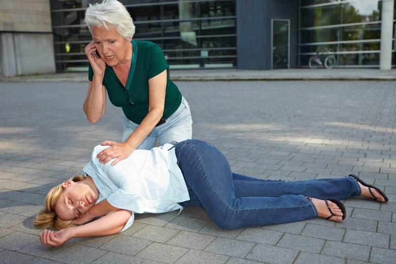 Nigdy NIE powinniśmy wkładać niczego do ust osobie, która ma atak padaczkowy! Jeśli to możliwe, starajmy się ułożyć epileptyka w pozycji bocznej ustalonej