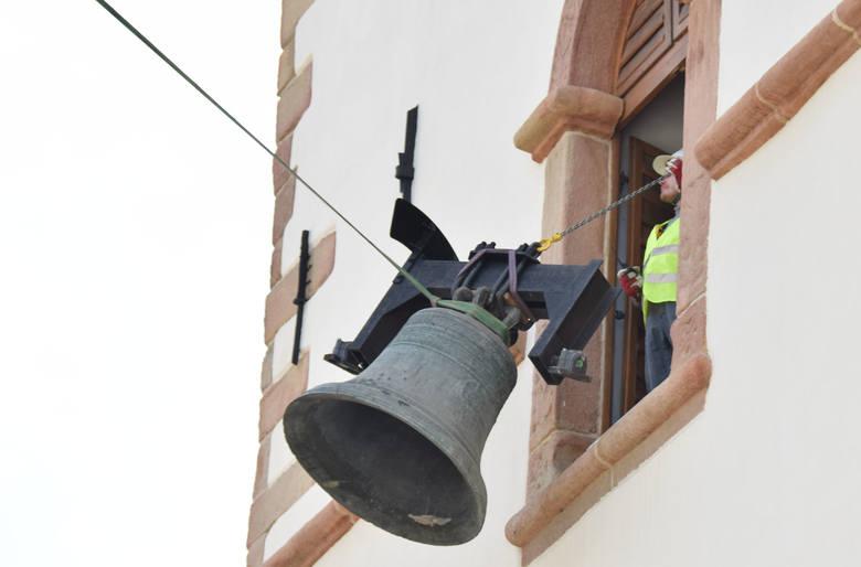 To było wyjątkowe przedsięwzięcie. Po 380 latach dzwon Maryan, bijący na Wieży Farnej w Krośnie, opuścił swoje miejsce. Ekspertyza wykazała pęknięcia