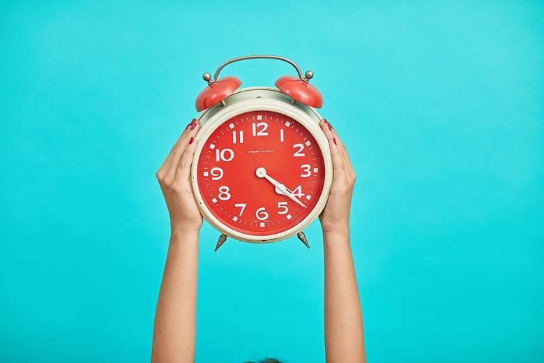 Zmiany czasu sprawiają, że dwa razy do roku odczuwamy łagodne objawy jet-lagu – tak jak po długiej podróży samolotem czy rotujących zmianach pracy. Nawet