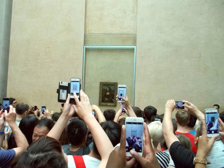Mona Lisa, Luwr, Paryż, FrancjaWielu turystów odwiedza Luwr głównie dla jednego obrazu. Chodzi o Mona Lisę Leonardo da Vinci. Nie ma jednak szans, by