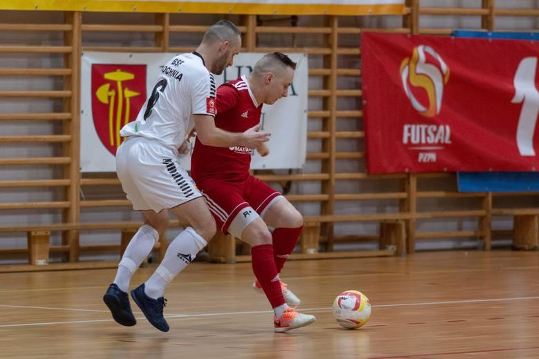 Na zdjęciu walczący o piłkę z rywalem futsalista Maxfarbeksu Wojciech Przybył (z prawej).