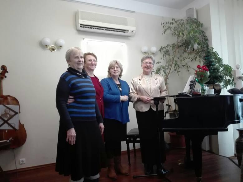 Przedstawicielki poznańskich amazonek podziękowały Barbarze Rauhut (pierwsza z prawej) za wspólne 10-letnie kolędowanie