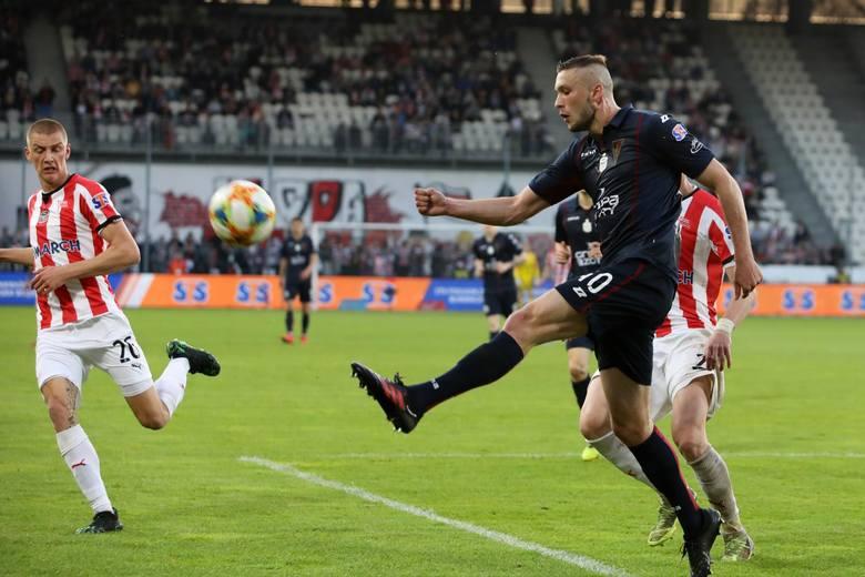 KLUB: Cagliari CalcioKWOTA TRANSFERU: 4 mln euroŚrodkowy obrońca z rocznika 2000. Już w sezonie 2017/18 miał okazję zaprezentować się w Lotto Ekstraklasie,