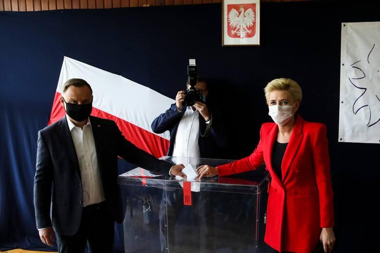 Prezydent Andrzej Duda głosujący w Krakowie