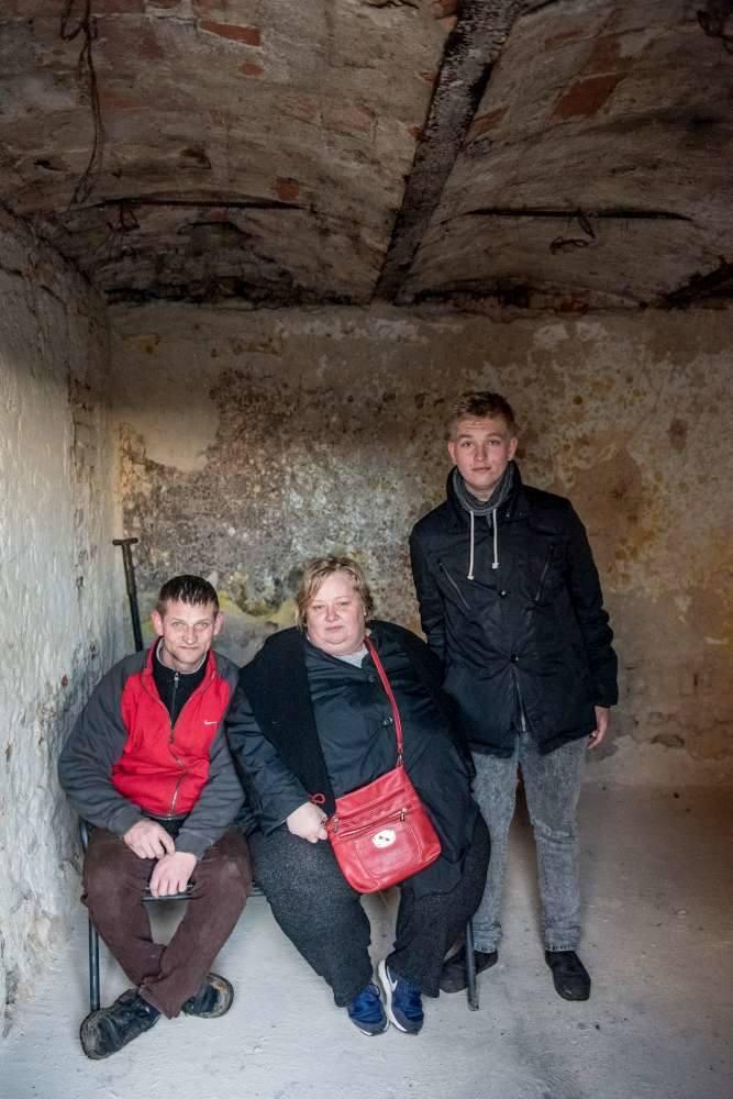 Katarzyna i Tomasz Chudzińscy z synem Patrykiem w pokoju, w którym wybuchł pożar. Jeszcze niedawno toczyło się tu życie rodziny<br />