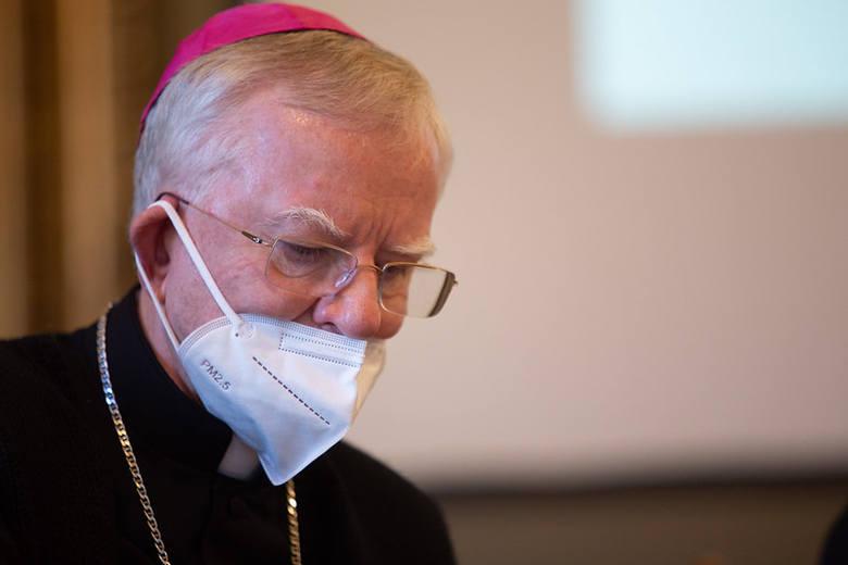 Sprawą zajęły się media, biuro prasowe Konferencji Episkopatu Polski wydało oświadczenie, w którym wyjaśnia, że przez całe dwudniowe zebranie wyjazdowe