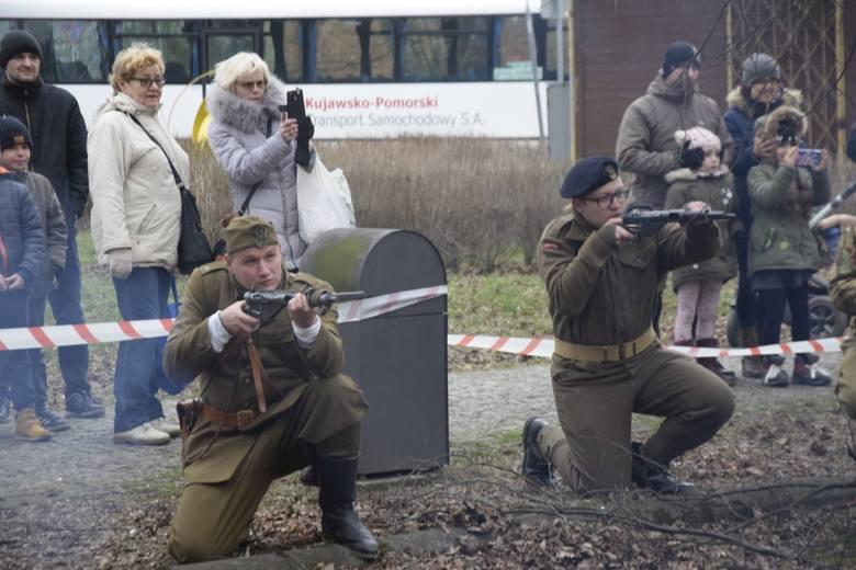 Grupa rekonstrukcji historycznych z Bydgoszczy zaprezentowała mieszkańcom Aleksandrowa Kujawskiego inscenizację odbicia jednego z żołnierzy wyklętych