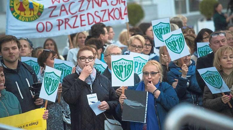 Strajk nauczycieli został przerwany, ma być wznowiony od września. Wielu pedagogów obecnie podjęło strajk tzw. włoski, czyli wykonuje minimum swoich