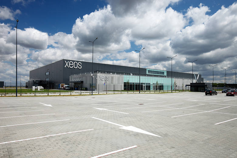 Docelowo, w dolnośląskim centrum serwisowanych ma być 220 silników lotniczych. Spółka Xeos to wspólne przedsięwzięcie dwóch gigantów w tej branży, czyli firm Lufthansa Technik oraz GE Aviation, które na inwestycję wydały już 1 mld złotych. Rekrutacja do pracy trwa.
