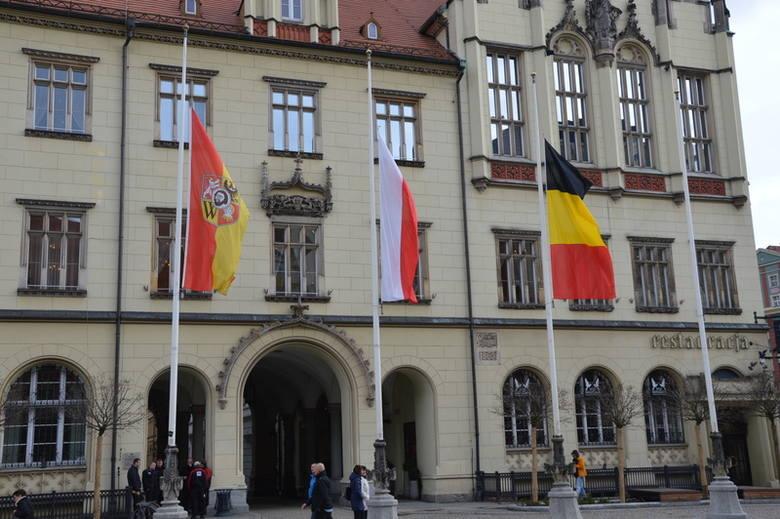 Wrocław solidarny z Brukselą. Flagi do połowy masztu