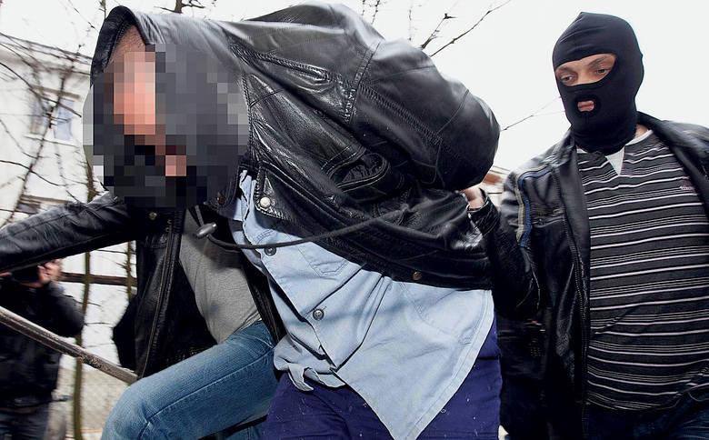 W policyjną zasadzkę wpadł zboczeniec, który zaspakajał swoje chuci na oczach dzieci. Sąd tymczasowo aresztował 33-latka na trzy miesiące.Jak informuje
