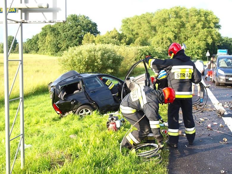 W niedzielę przed godz. 20 do tragicznego wypadku doszło na skrzyżowaniu dróg nr 6 i 166 przy zjeździe na Białogard.Do zdarzenia doszło na drodze krajowej