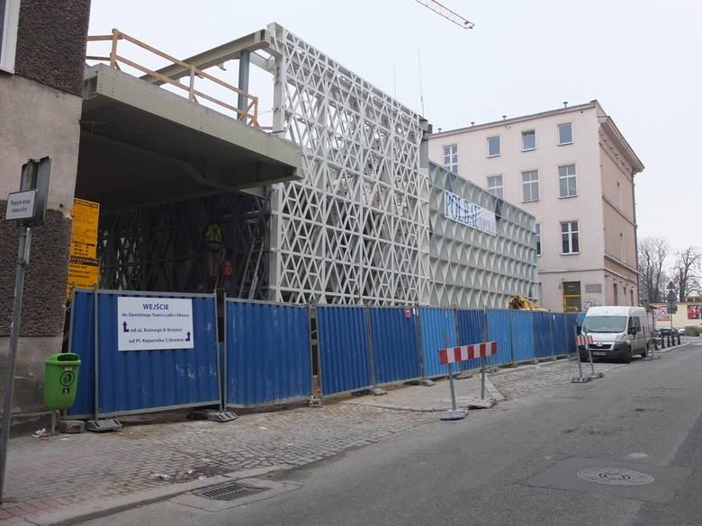 Widok na nowy budynek od strony ulicy Kośnego.