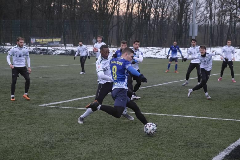 W sobotnie popołudnie piłkarze Elany Toruń rozegrali mecz kontrolny. Na boisku Przy Skarpie gospodarze ulegli Olimpii Grudziądz 1:4. Jedynego gola dla