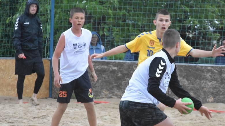 Na Basenie Letnim przy ulicy Szczecińskiej w Kielcach w sobotę odbył się pierwszy turniej wojewódzki plażowej piłki ręcznej. Rywalizowali juniorzy, juniorzy