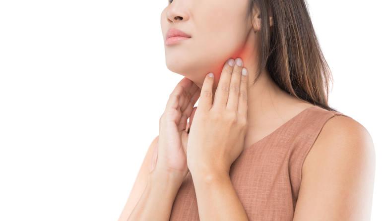 Choroba Hashimoto prowadzi do powolnego zniszczenia miąższu tarczycy, powodując niedoczynność narządu i objawy charakterystyczne dla tej jednostki. Ponieważ