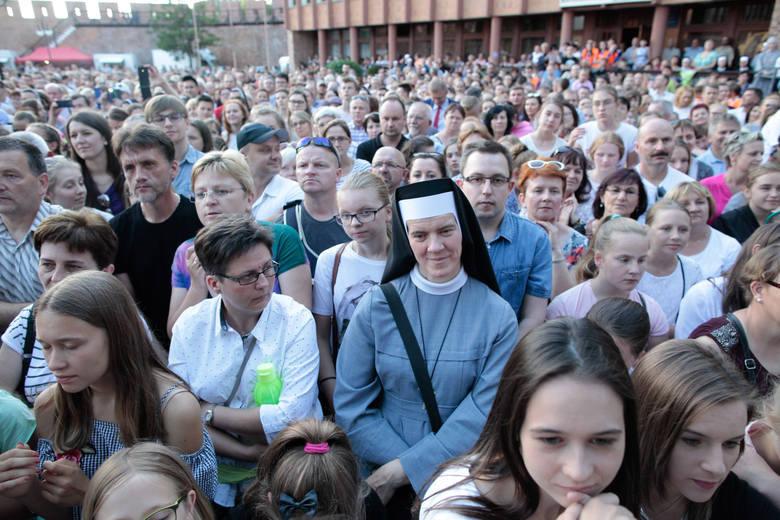 """W czerwcu dla opolskiej katedry zaśpiewała włoska zakonnica Cristina Scuccia, zwyciężczyni """"The Voice of Italy"""". Jej koncert przyciągnął"""