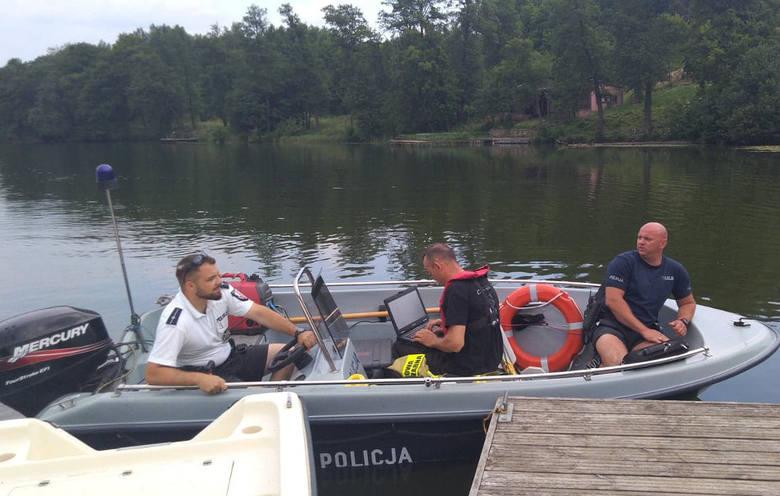 Policjanci pod nadzorem prokuratora wyjaśniają okoliczności zdarzenia, do którego doszło w piątek (7.06) nad jeziorem Górzno w powiecie brodnickim. 29-letni