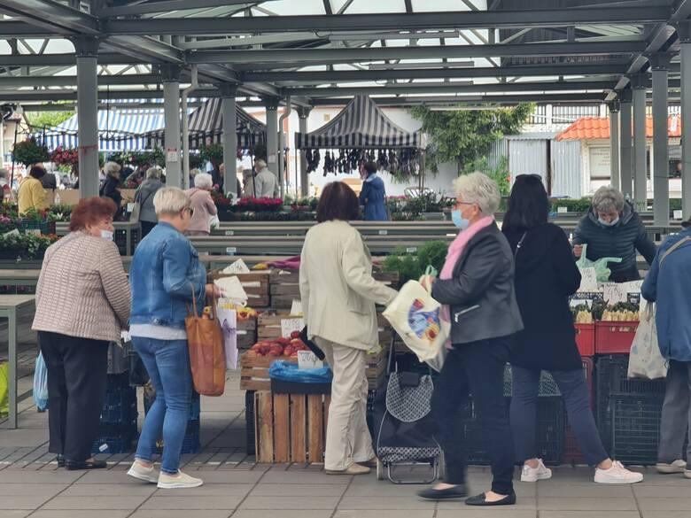 Targowisko przy Szosie Chełmińskiej w Toruniu - największe i najpopularniejsze od dekad w mieście.