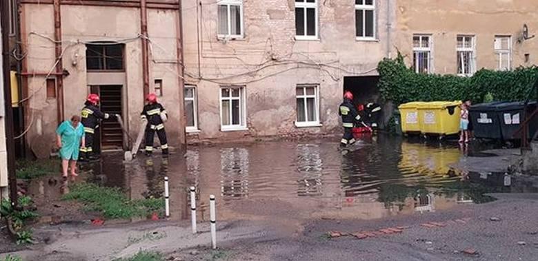 Tak wygląda na ul. Bolesława Chrobrego 21 - informuje nas Czytelnik. - W pobliżu nie ma studzienki, a po obfitych opadach tworzą się ogromne kałuże,