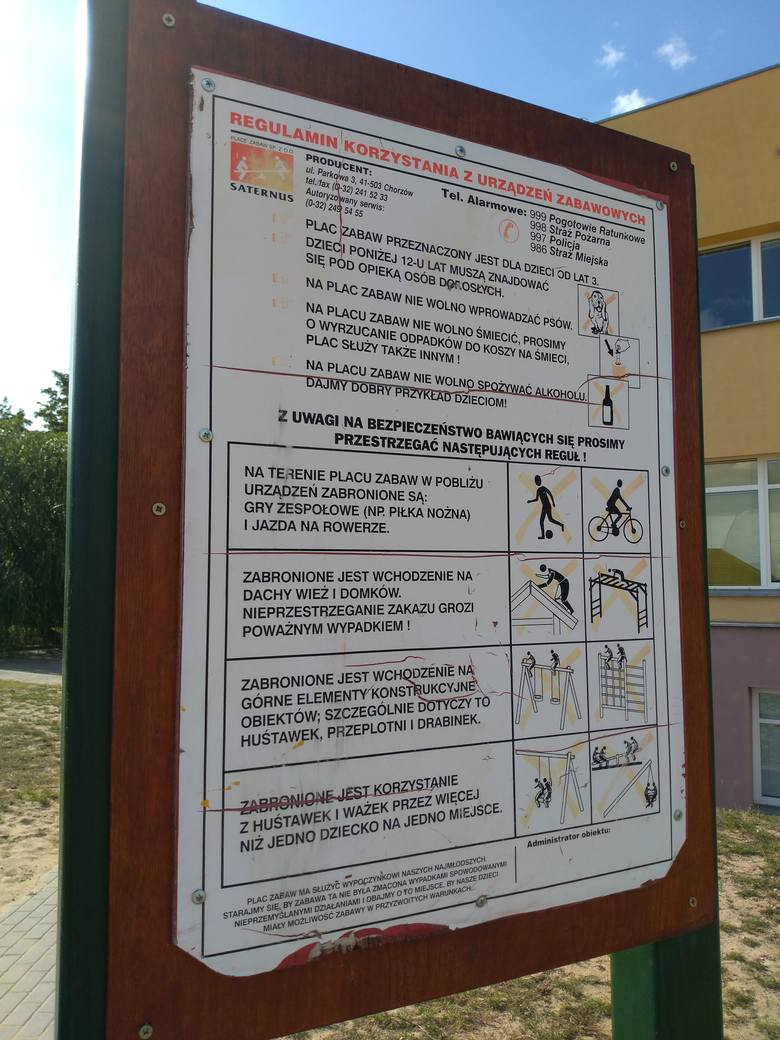 Tylko na jednym małpim gaju wiszą tabliczki ostrzegawcze. Szybki przegląd pozwala stwierdzić, że właściwie wszystkie sprzęty stwarzają zagrożenie dla bawiących się tam dzieci. Plac jest na terenie SP 65 przy ul. Tomasza Golloba, ale popołudniami i w wakacje jest dostępny dla okolicznych mieszkańców.