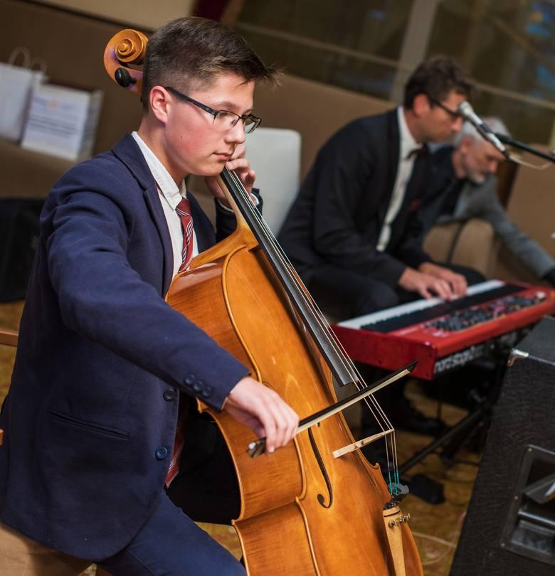 Uroczystość uświetnił koncertem wiolonczelowym Bartłomiej Ławicki.