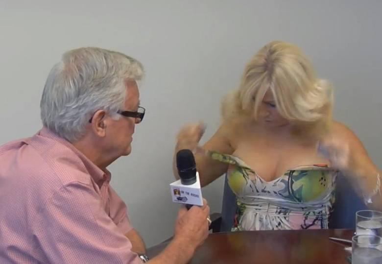 Robiła wywiad z burmistrzem i zdjęła bluzkę. Dziennikarka walczy o prawa kobiet do chodzenia topless