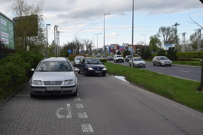 Gdy na ul. Klecińskiej tworzą się korki, kierowcy korzystają z biegnącej równolegle drogi wewnętrznej. Nie zawsze zgodnie z przepisami
