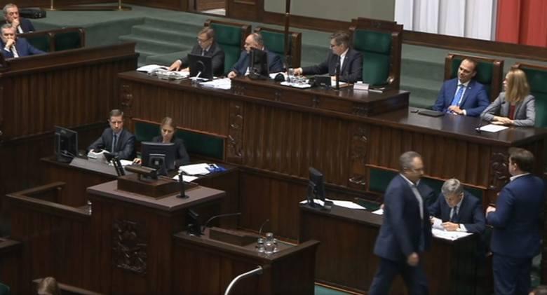 Wolne 12 listopada. Sejm podjął decyzję. Prezydent podpisał ustawę. W poniedziałek nie idziemy do pracy, sklepy zamknięte RELACJA Z SEJMU