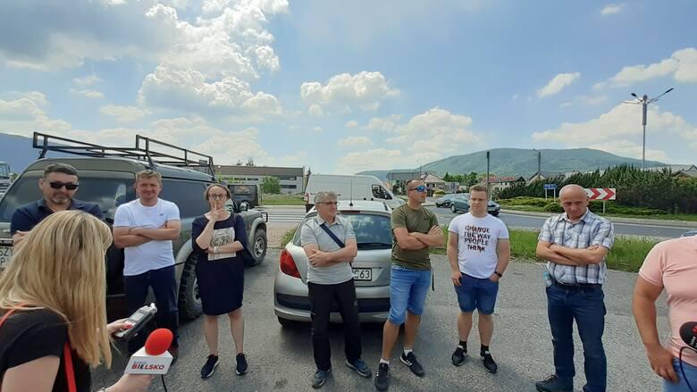 Kilkudziesięciu mieszkańców gminy Czernichów przeciwko zamknięciu, z powodu przebudowy, ruchliwej DW 948 tuż przed sezonem turystycznym.Zobacz kolejne