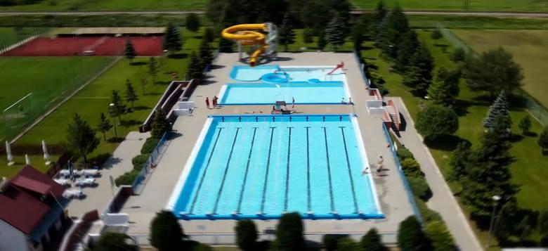 Basen kąpielowy GOSiR we Frysztaku już czynny. To nie tylko niecki basenowe, atrakcje wodne, ale także boiska do gry w piłkę [ZDJĘCIA]