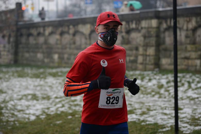 Czy można biegać w czasie epidemii koronawirusa? Czy trzeba biegać w maseczce? Czy wolno biegać w lesie?