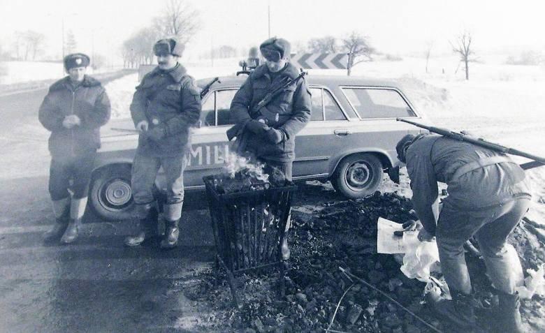 Patrol milicyjno-wojskowy na wylocie ul. Gdańskiej w Słupsku nazajutrz po ogłoszeniu stanu wojennego.